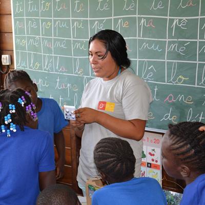 Françoise Ewaho durant une animation scolaire sur le tri des déchets à Loka © Amandine Soury PAG