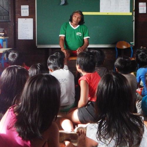 Jean-Baptiste BRETEAU, conteur, intervient devant les élèves de CP-CE1, entre mars et juin 2018 à l'école de Camopi.