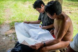 Habitants de Trois-Sauts prenant connaissance des cartes toponymiques de leur bassin de vie réalisées par l'OHM et le PAG © Géraldine Jaffrelot / PAG