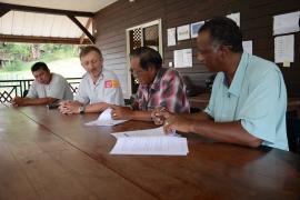 Signature de la convention d'application de la charte à Camopi © Stéphanie Bouillaguet / PAG