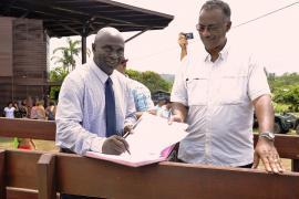Signature convention Maire de Maripa-Soula et le Président du Parc amazonien © Jean-Maurice Montoute / PAG